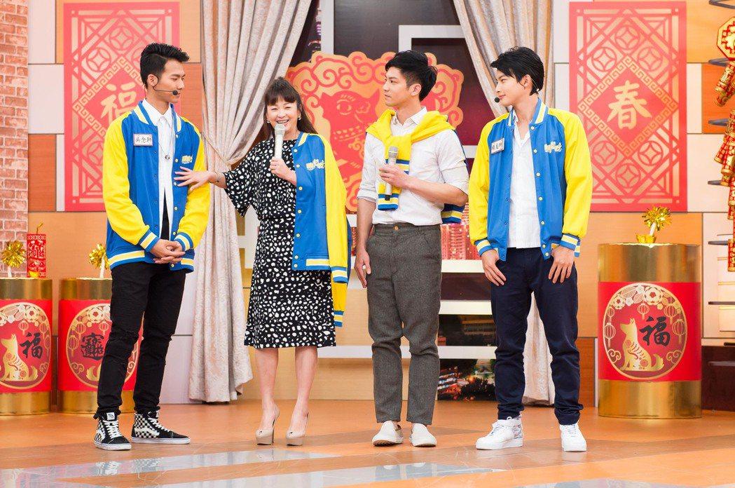 吳念軒(左起)遭六月公然吃豆腐。圖/TVBS提供