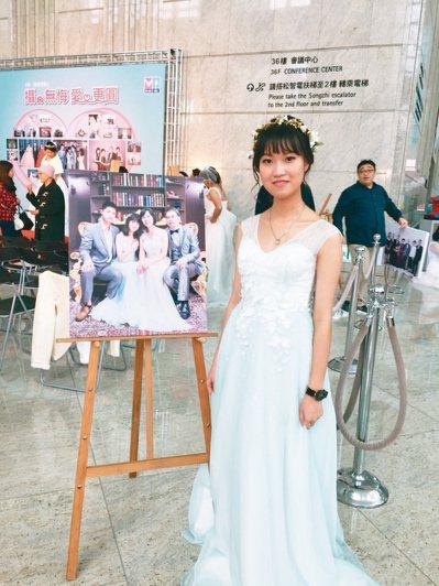 今年20歲的王巧華,在17歲時確診罹患乳癌,為了實現夢想,她穿著小禮服與家人拍攝...