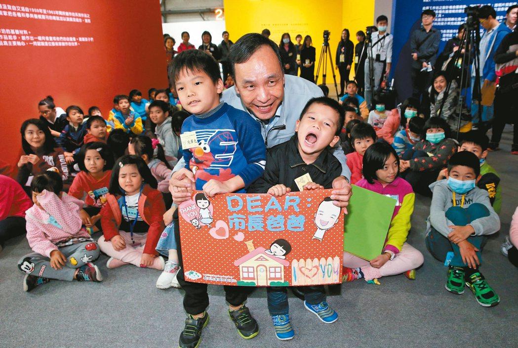 新北市長朱立倫(中)帶弱勢童,體驗巴黎龐畢度兒童藝術工作坊。 記者林俊良/攝影