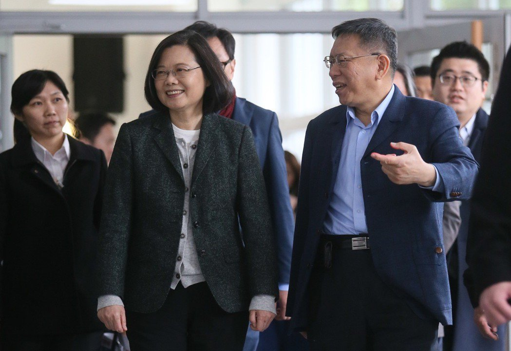 蔡英文總統(左)今天下午視察「台北市健康公宅」,台北市長柯文哲親自迎接。記者許正...