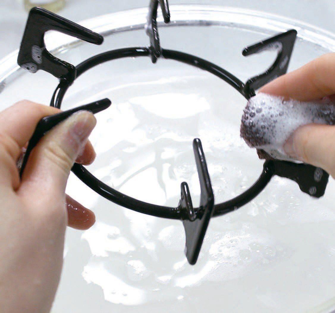 將步驟①浸泡的部分以熱水沖洗後,再以廚房清潔劑清洗一次。圖/悅知文化提供
