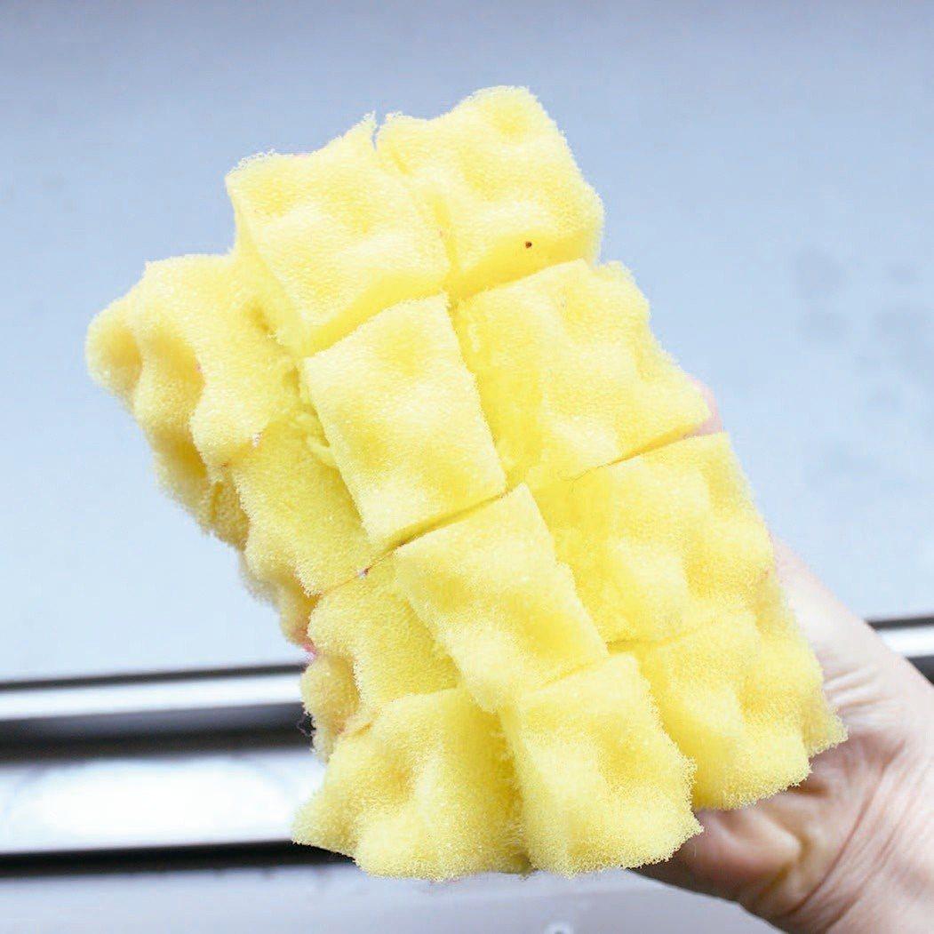 就像切芒果般,將海綿剪開成1.5公分的間隔。圖/悅知文化提供