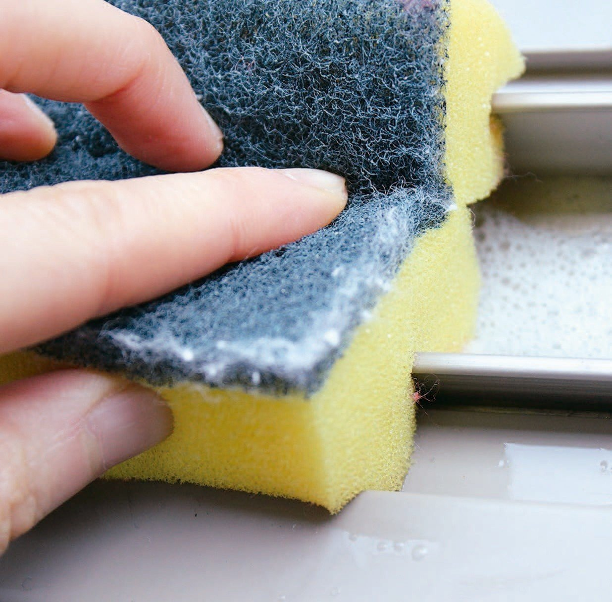 以切剪好的海綿擦拭窗框,海棉的縫隙可附著在窗框上,因此就能將窗框清潔得十分乾淨。...