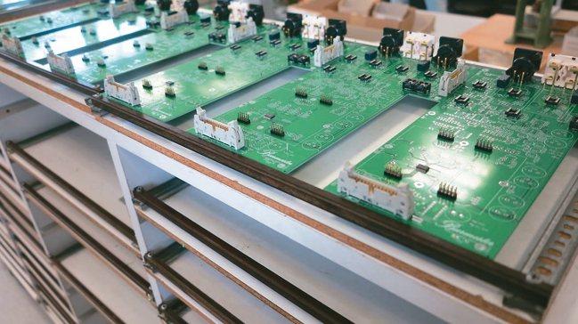 Burmester音響電路盤以人手組裝。 圖/孫曼