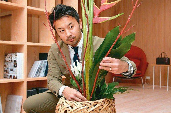 小菅達之親自學插花來示範竹花器之美。 記者陳瑞源/攝影