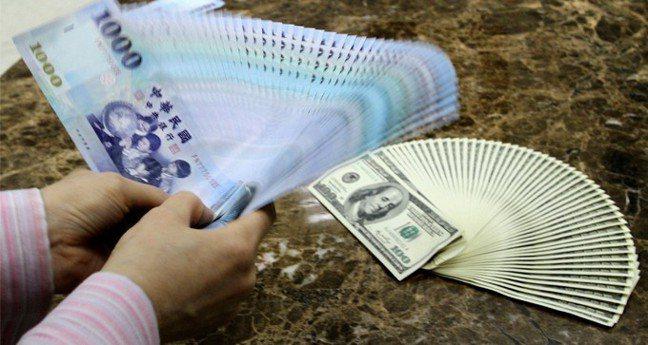 新台幣兌美元3日收盤收30.706元,貶2.4分。 報系資料照