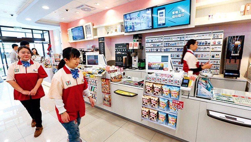 統一超未來形象店把櫃台拉長、用6個電子看板輪播商品資訊,致力打造一條龍省力動線。...