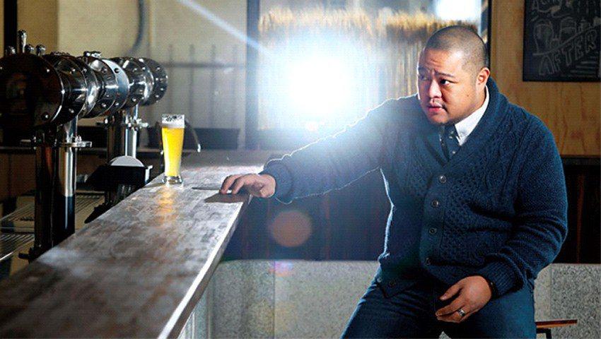 身為集團編號001的釀酒師,葉冠廷拍攝時要求極高,不斷審視泡泡高度,為此重複倒了...