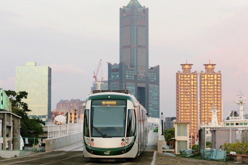 輕軌之所以跟「城市光榮感」緊密連結,是因為軌道運輸系統本身的政治乘載力。 圖/聯...