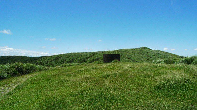 擎天崗草原也是歷代軍事戰略的重要地點,迄今仍留有許多碉堡與防空洞。 圖/作者自攝