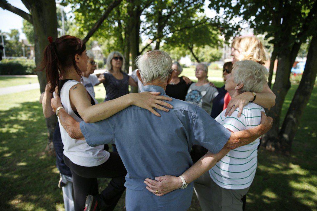 社會福利政策在解決人際疏離的問題,多是用「社區工作」來解套,促進社區鄰里活動。 圖/美聯社