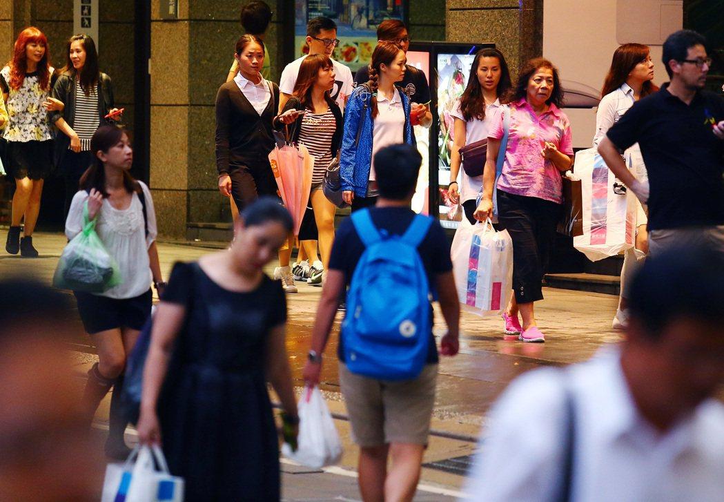 圖為台北信義區商圈逛街的民眾。本報資料照片