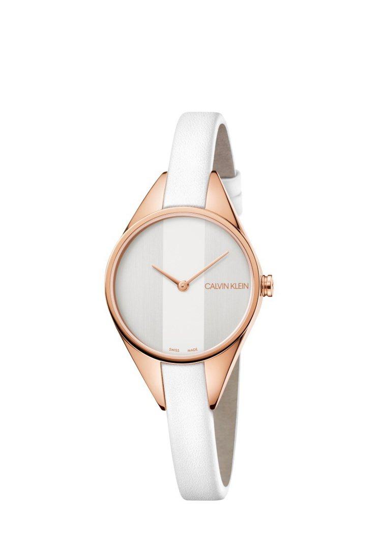 安心亞配戴的白色rebel 系列腕表,8,100元。圖/CALVIN KLEIN...