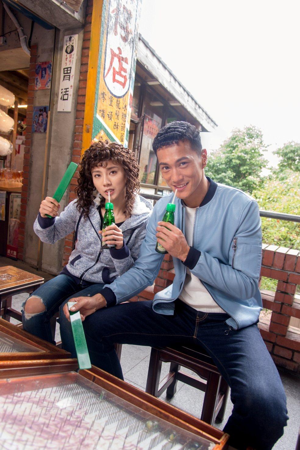 豆花妹(左)和鍾承翰大玩復古造型。圖/三立提供