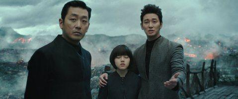 隨著「與神同行」在台票房突破4億,讓不少台灣媒體及觀眾又冒出一個老問題,「韓國電影為何可以越賣越好,我們的國片卻做不到?」與此同時,去年一整年的國片票房,僅有「紅衣小女孩2」全台票房破億,「血觀音」...