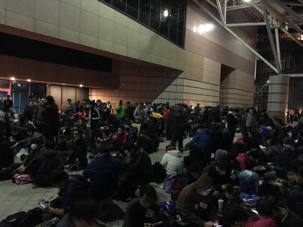 玩家前一晚即夜宿世貿一館周邊漏夜排隊,準備搶購限量僅800組的PlayStati...