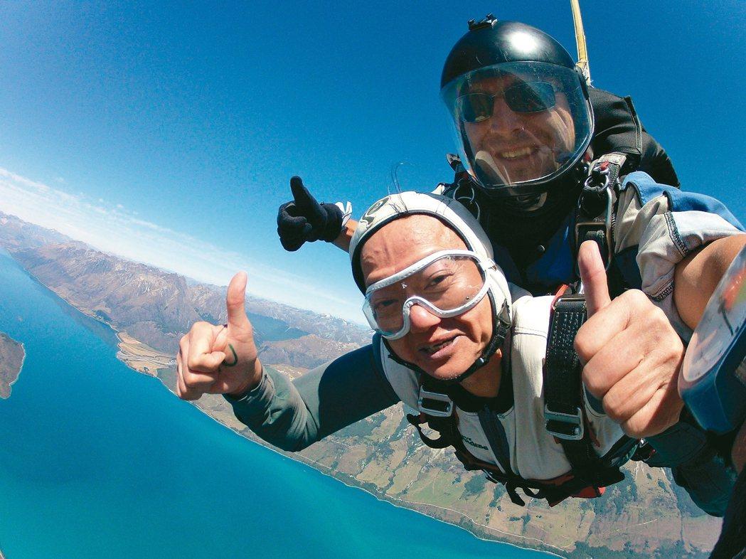 葉金川體驗高空跳傘。 圖/董氏基金會提供