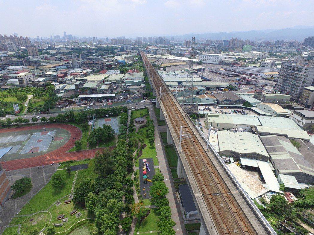 樹林高鐵橋下綠廊整合計畫,將打開鐵網包圍的閒置空地,串連樹林運動中心與校園等地。...