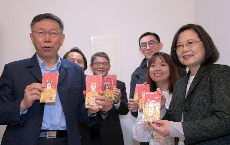 台北市長柯文哲(左)昨天與蔡英文總統(右)進入健康公宅住戶家中體驗智慧宅等設施後...