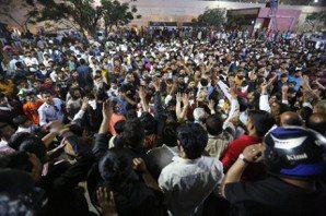 拉吉普特人23日聚集在艾哈邁達巴德市一家戲院外,抗議電影「帕德瑪瓦特」。 美聯社