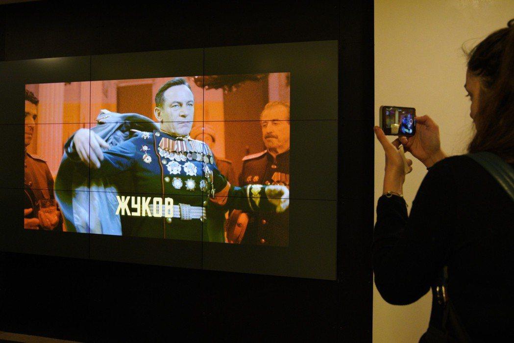 莫斯科先鋒戲院一個螢幕25日播放「史達林之死」的一個鏡頭。 美聯社