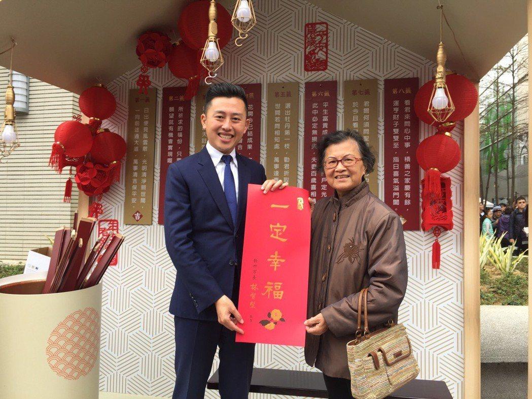 新竹市長林智堅(左)的「一定幸福」春聯,也很搶手。 記者郭宣彣/攝影