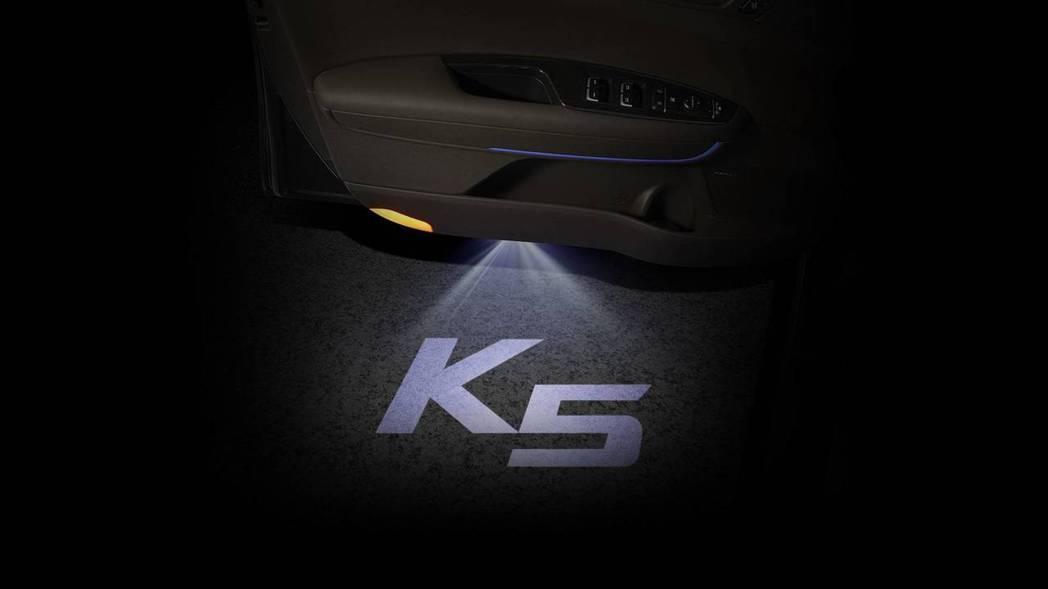 車門迎賓燈。 摘自Kia