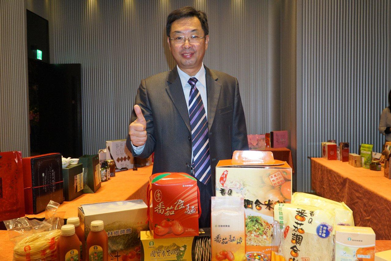 二林鎮前總幹事蔡詩傑和好友在在台中創辦網路平台「蔡總的店」,昨天開幕。記者何烱榮...
