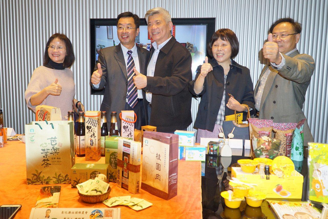 二林鎮前總幹事蔡詩傑(左2)和好友在在台中創辦網路平台「蔡總的店」,昨天開幕。記...