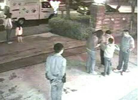 許婦一家在山路拾獲小山羌,送往三灣分駐所求助。圖/苗栗縣頭份警分局提供