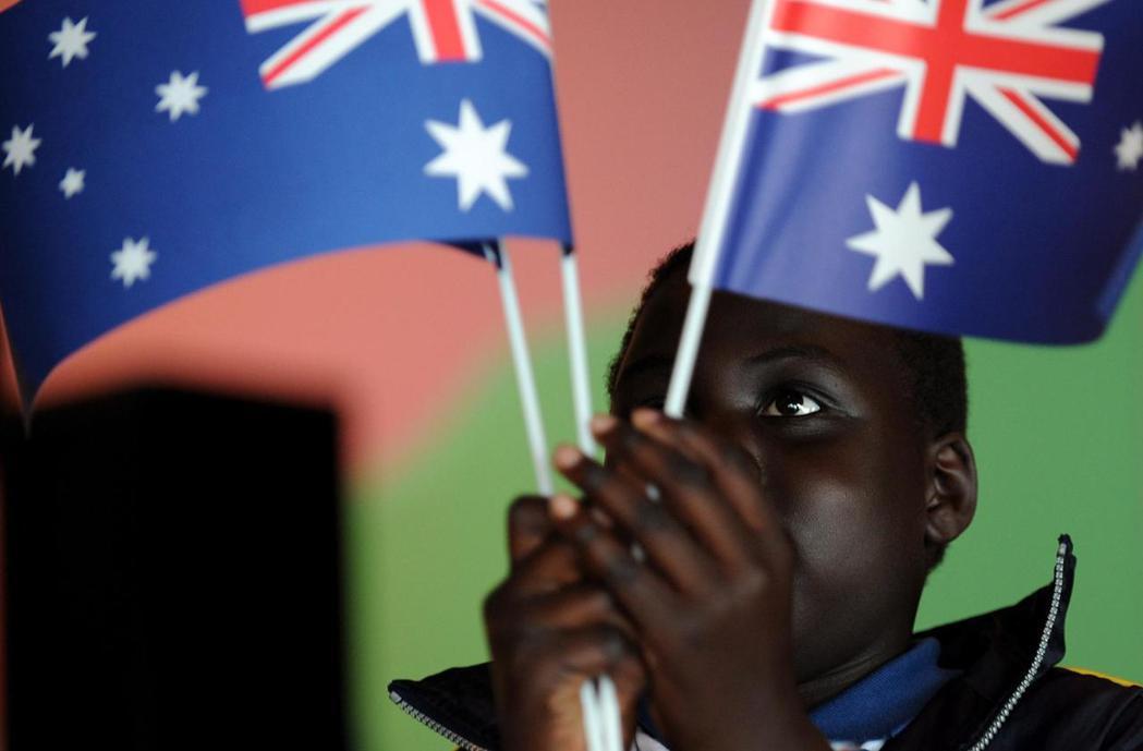 入籍移民拿澳洲國旗檔案照。歐新社