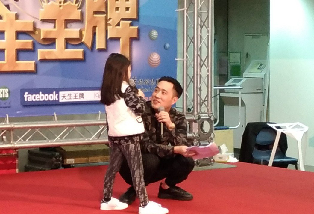 余祥銓主持時蹲低與小朋友拉近距離 記者李姿瑩/攝影