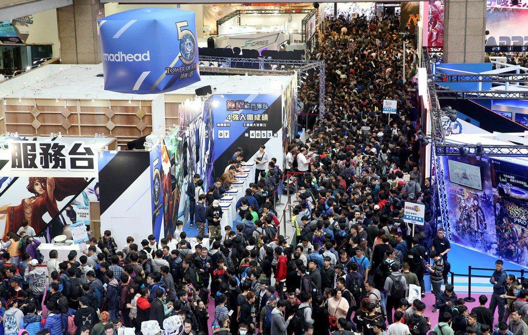 台北國際電玩展昨天進入周末高峰期,擁入大批電玩迷將展場擠爆。記者余承翰/攝影