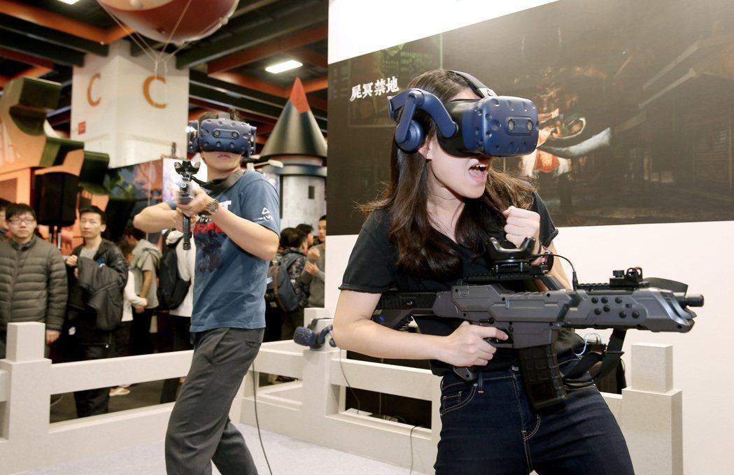 台北國際電玩展昨天進入周末高峰期,VR廠商推出許多試玩活動,讓入場的民眾都能玩得...