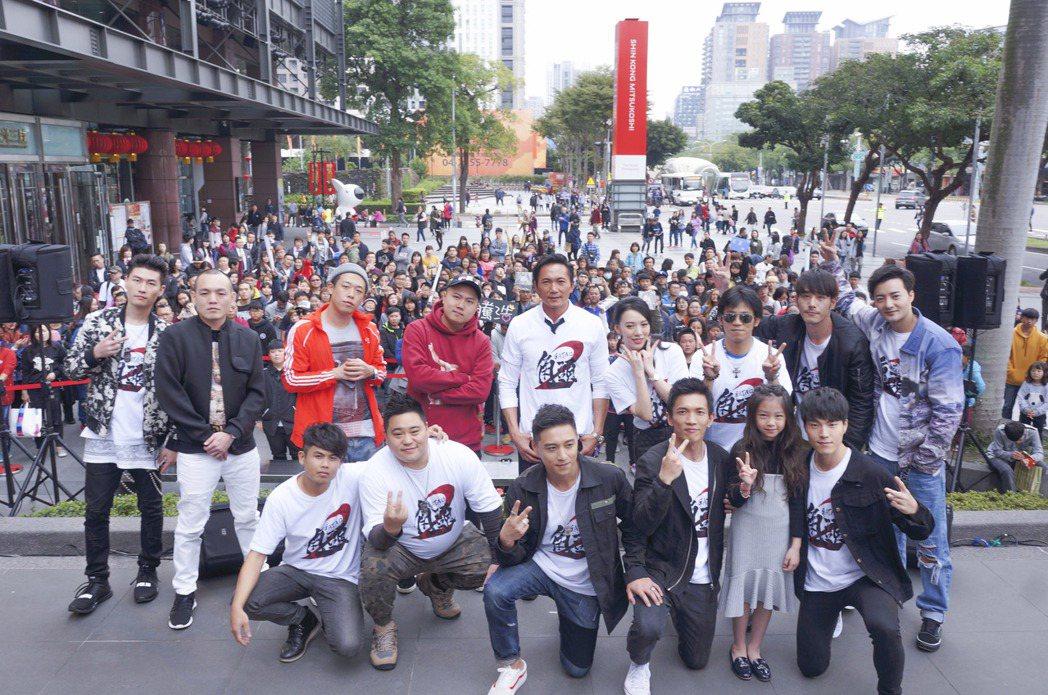 「角頭2」演員群南下宣傳,玖壹壹(左2至左4)出席台中場見面會力挺。圖/理大國際