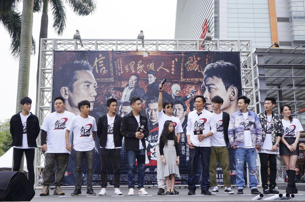 「角頭2」演員群南下宣傳,導演顏正國(左6)領軍演員鄒兆龍(右5)、黃騰浩(右4...