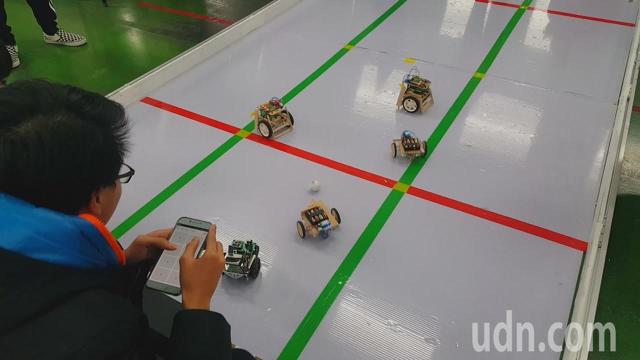 第6屆全國智慧型機器人創意闖關比賽今天在苗栗縣私立君毅高中登場,三對三足球賽過程...