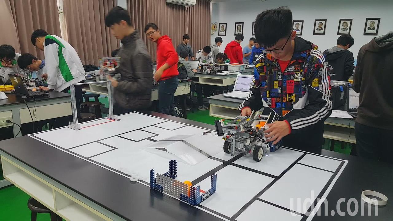 創意闖關組參賽學生依命題組裝機器人並寫程式。記者胡蓬生/攝影