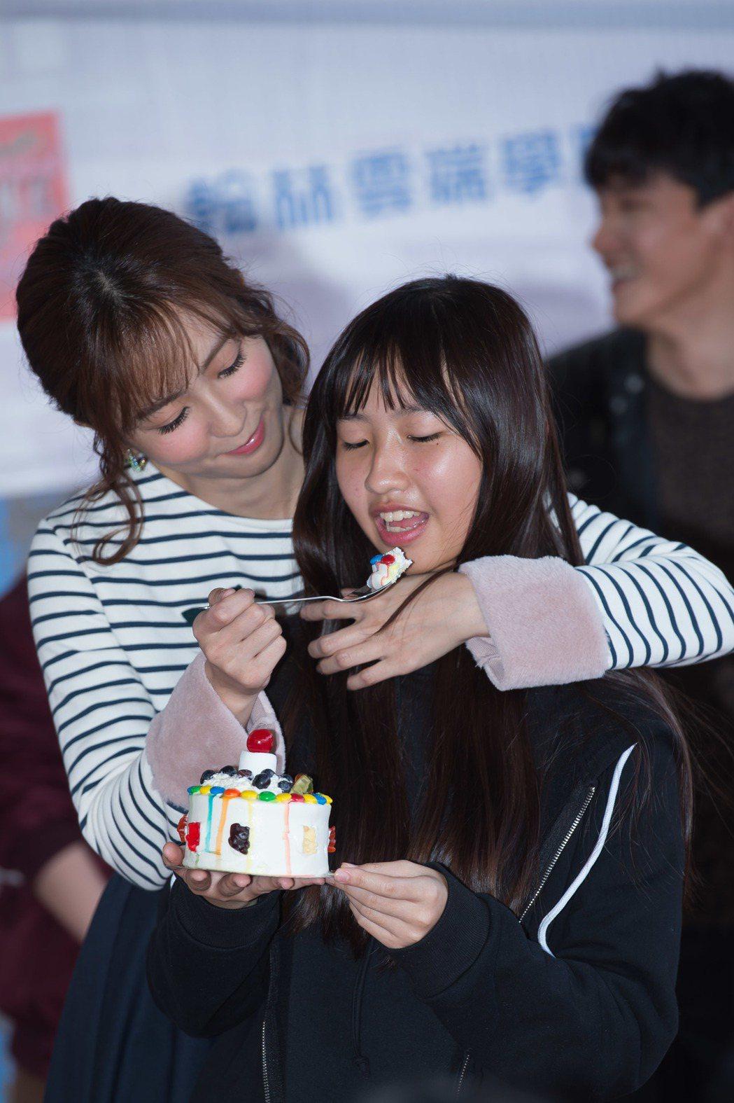 周曉涵背後抱粉絲餵食蛋糕。圖/東森提供