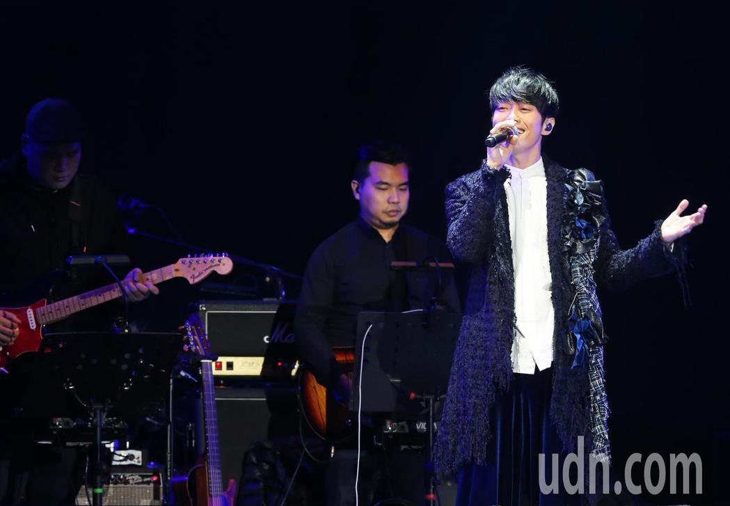 張棟樑以一身華麗的王子裝扮演唱歌曲「王子」為演唱會揭開序幕。記者徐兆玄/攝影