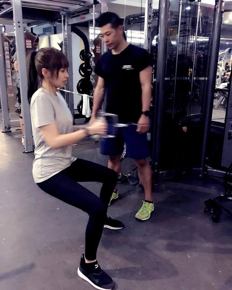 袁艾菲平日勤健身雕塑好身材。圖/摘自臉書