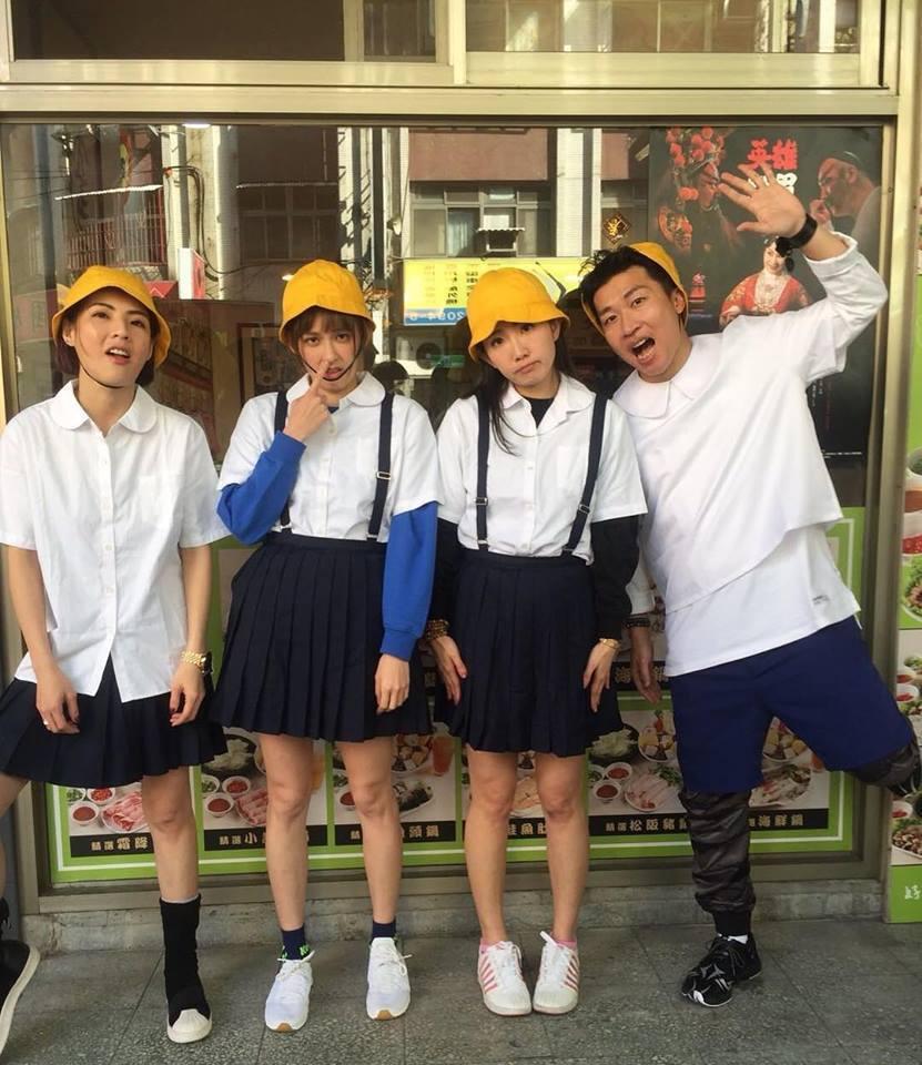 袁艾菲(左二)扮小學生挖鼻孔。圖/摘自臉書