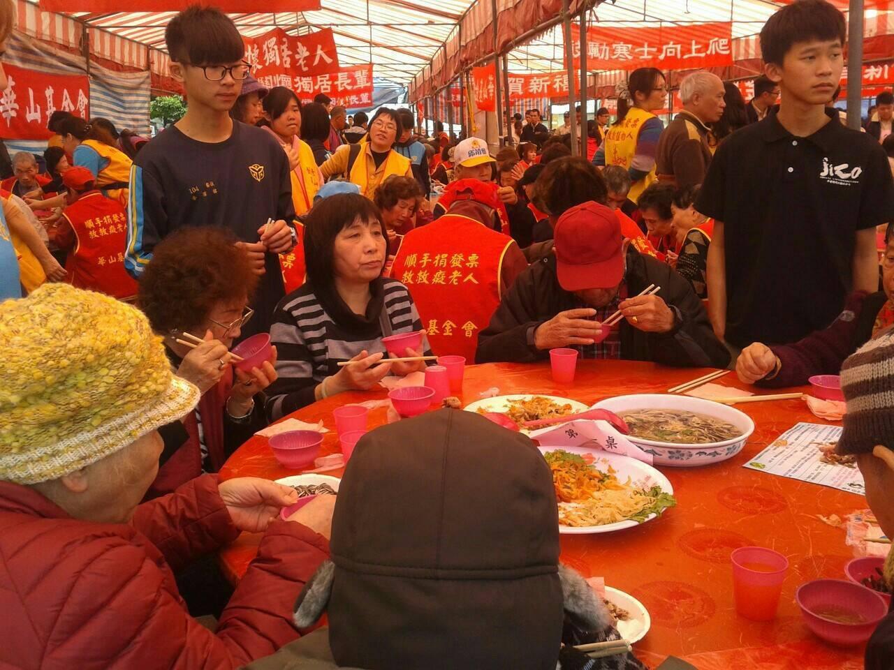 人安基金會新竹平安站每年都為寒士辦桌。圖/站長林俊智提供