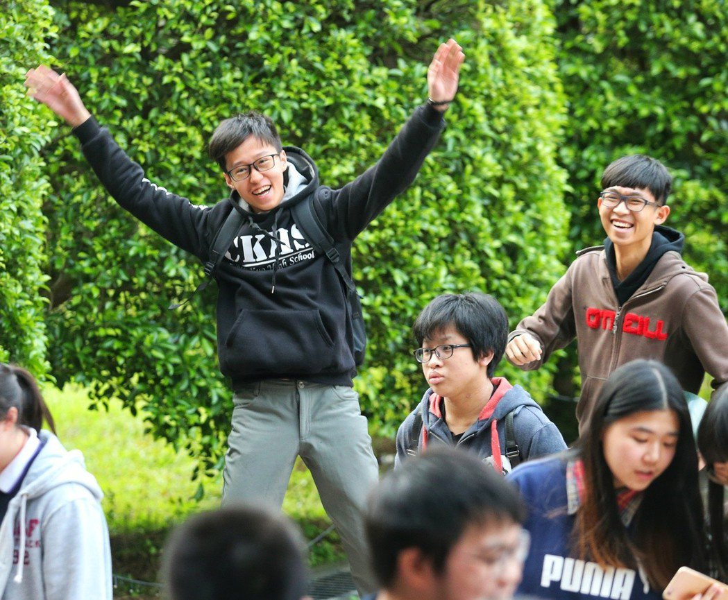 學測第二天,考生們終於考完,開心地步出考場。 記者鄭清元/攝影