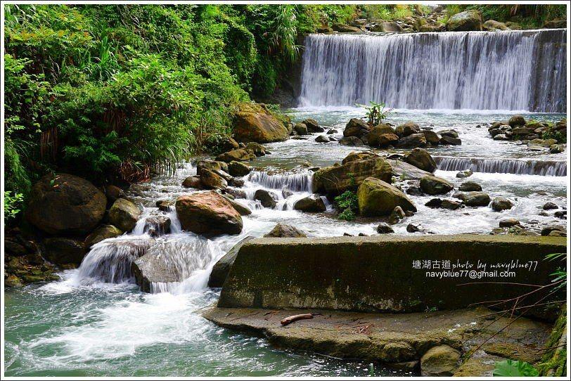 ↑牛稠溪上游支流在塘湖古道停車場附近形成一座水濂瀑布。