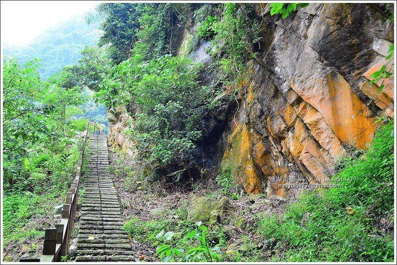 ↑土石小產道結束後轉石階步道向上。