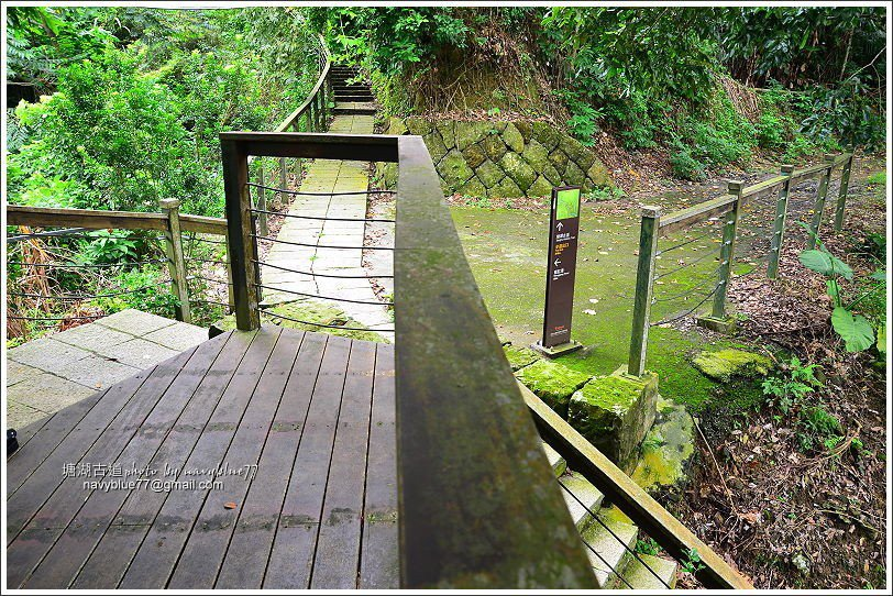↑塘湖古道與甕缸潭步道交接處的休憩平台。