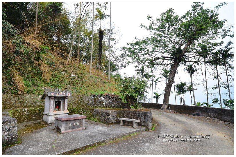 ↑由塘湖聚落下山,可不必再攻塘湖嶺,經小土地公廟可直接接回登山石板階。