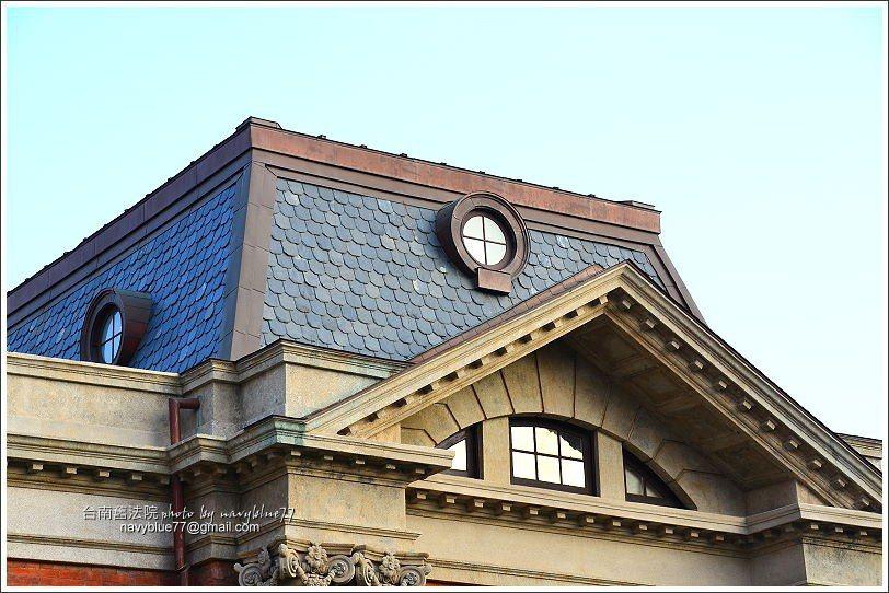↑西棟上方的馬薩式屋頂與牛眼窗。