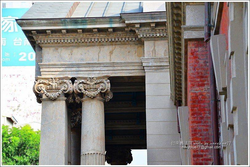 ↑東入口門廊的優美柱飾,門柱還分方形與圓形,同中有異。